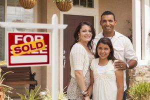 familia comprando una casa