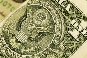 Algunos hispanos no tienen confianza en los bancos y esto les está costando mucho dinero