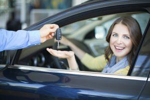 mujer comprando un auto