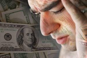 agobiado por las deudas