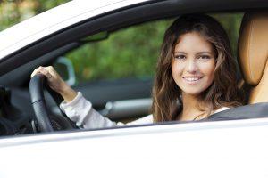 Mujer manejando un auto