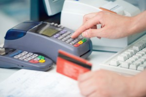 Demanda podría poner límite a tarifas de tarjetas de crédito