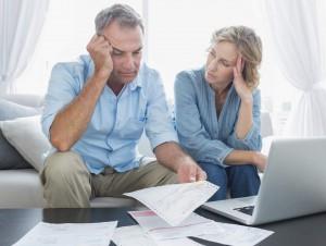 Pareja preocupada finanzas