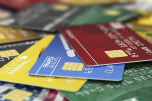 ¿Es mejor usar tarjetas de crédito o de debito?