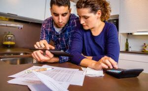 pareja haciendo las finanzas del hogar