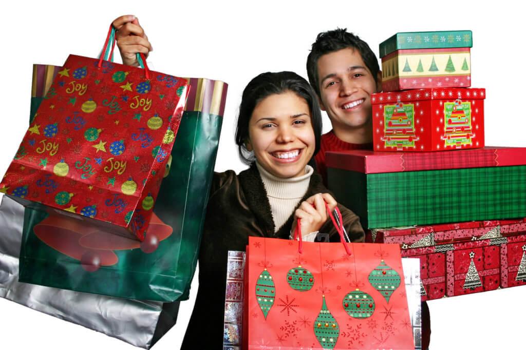 jovenes con bolsas de regalo navideños