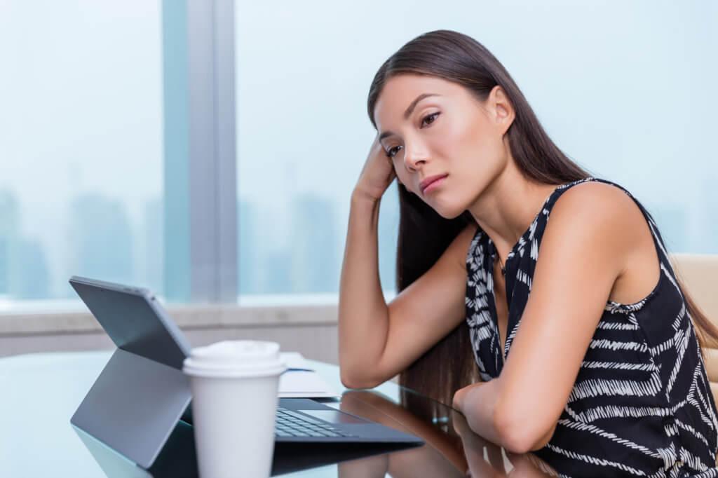 mujer entretenida frente a su laptop