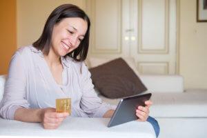mujer revisando en línea su tarjeta de crédito