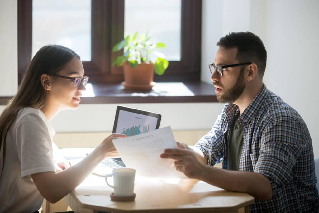 jovenes hablando sobre el puntaje de crédito