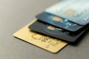 ¿Cuánto le está costando esa deuda de tarjeta de crédito que aún no ha pagado?