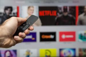 pantalla de televisor con aplicaciones de transmision de contenido
