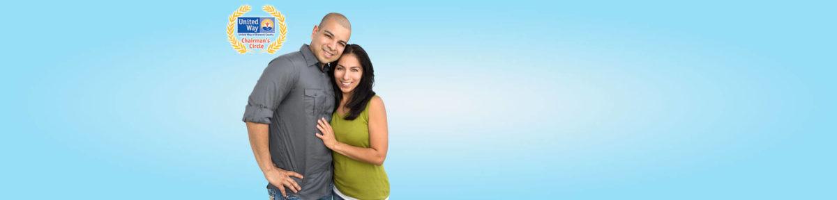 madura pareja latina abrazando