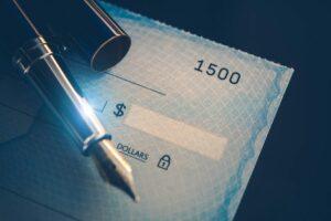 Asegúrese de verificar cuánto se le descuenta de su cheque este mes