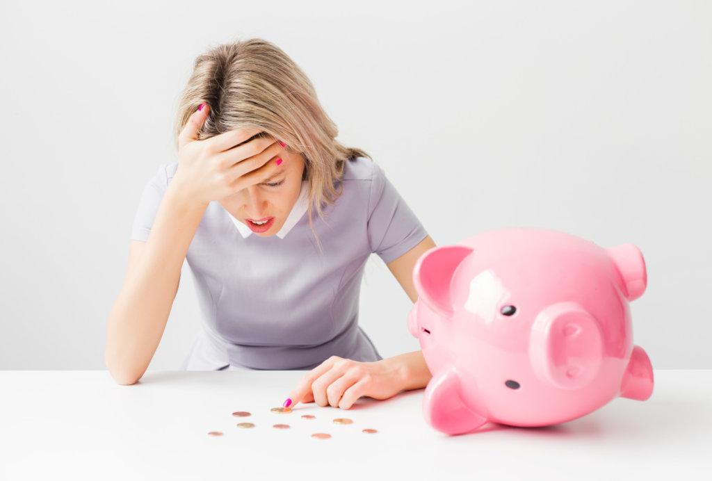 mujer teniendo problemas para ahorrar