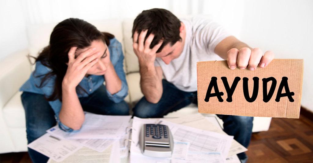 pareja pidiendo ayuda financiera