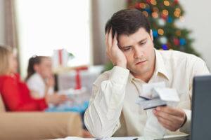 hombre preocupado por su tarjeta de crédito