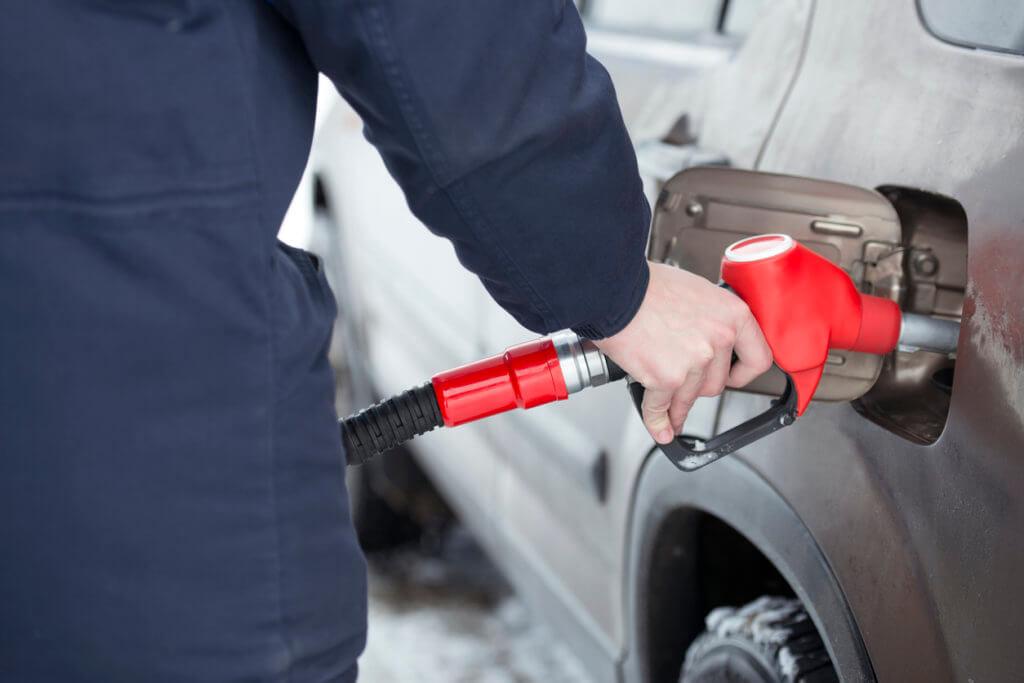 persona cargando gasolina en su auto