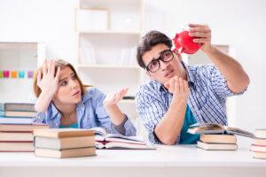 estudiantes viendo sus ahorros