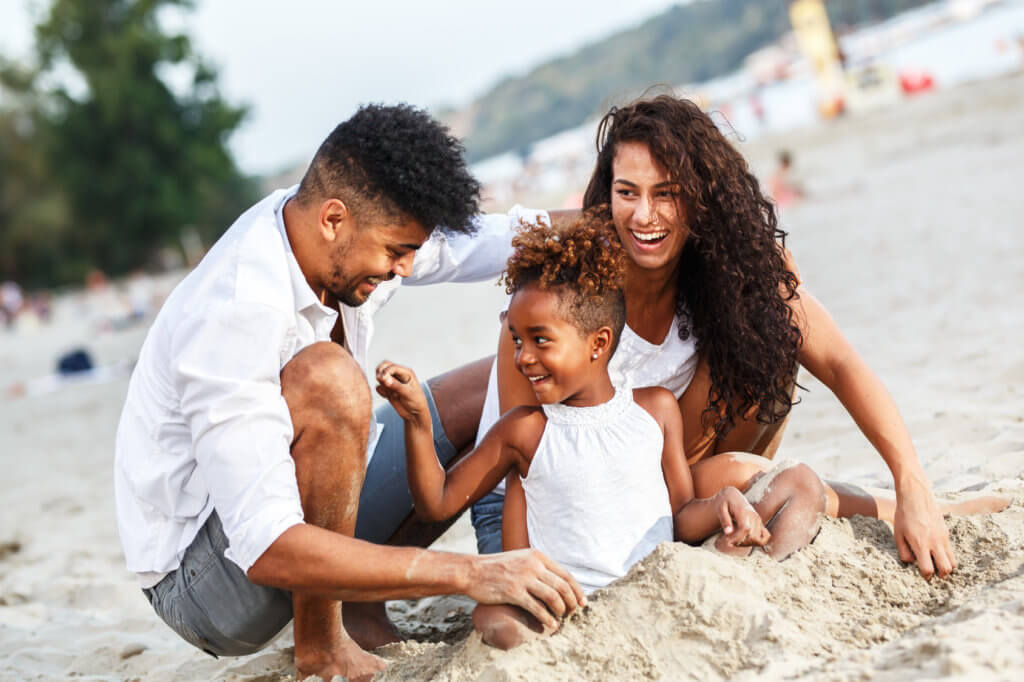 familia jugando en la playa
