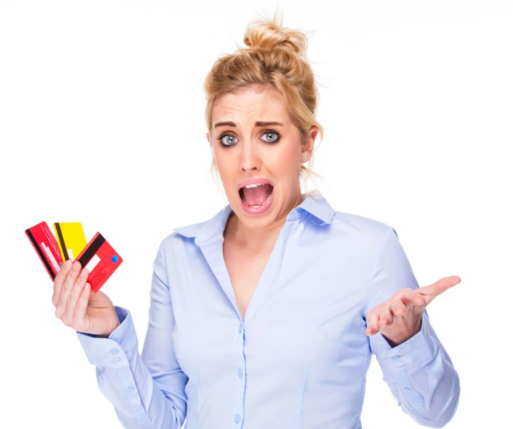 mujer con tarjetas de crédito preocupada