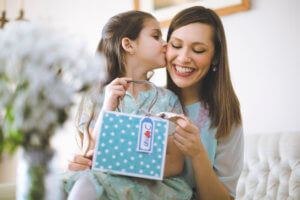 hija dando regalo a su mamá