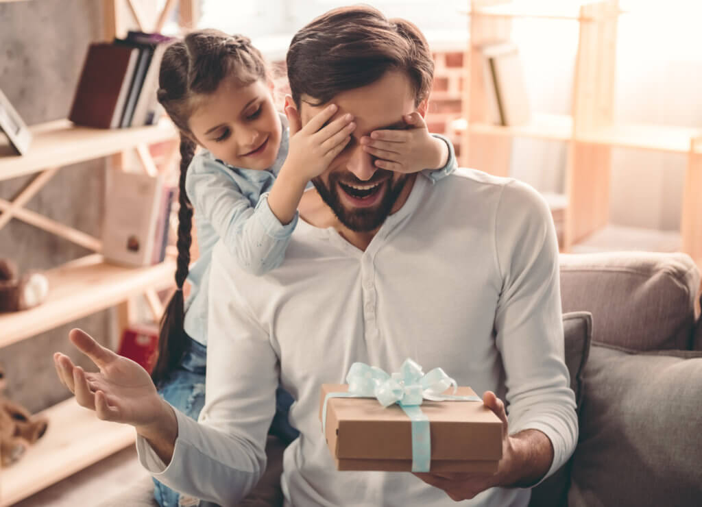 hija entregando regalo a su padre