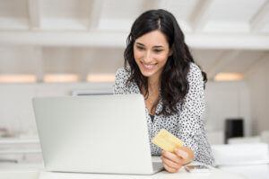 mujer revisando su cuenta de tarjeta de débito