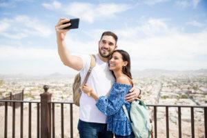 pareja tomando un selfie