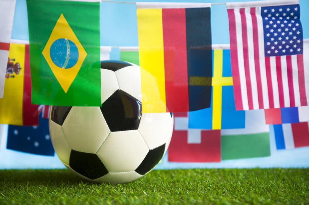 balón de fútbol con banderas de países