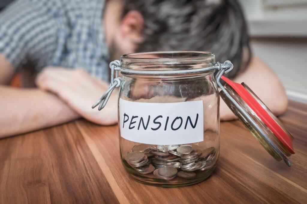 hombre pensando en sus ahorros de jubilación