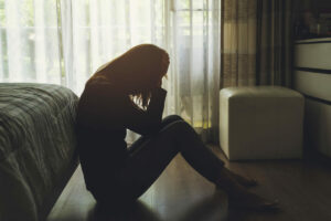 mujer deprimida por deuda y maltrato doméstico