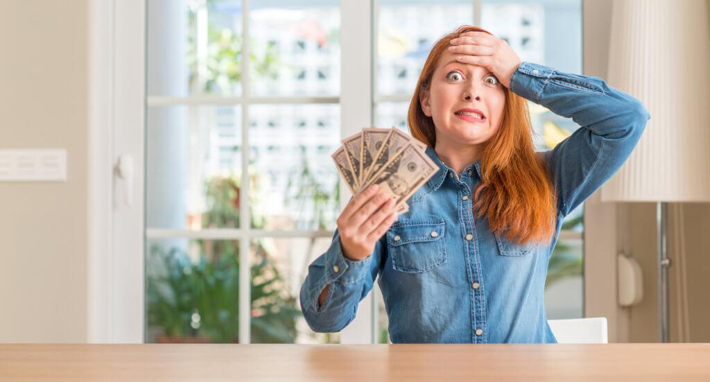 mujer con mal manejo del dinero