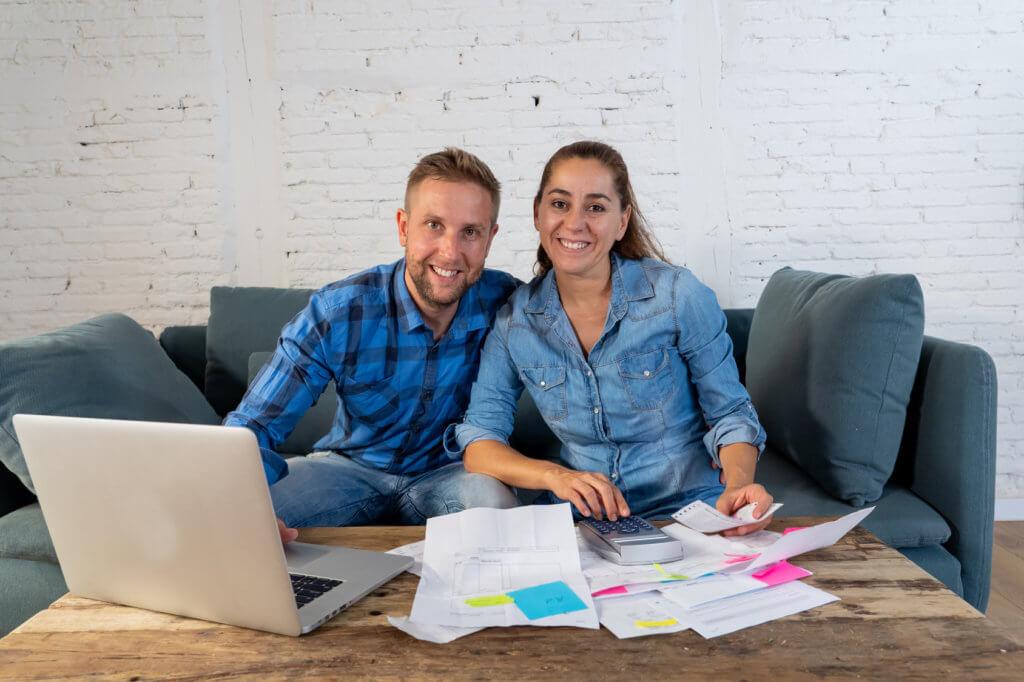 pareja hablando sobre el manejo de su crédito