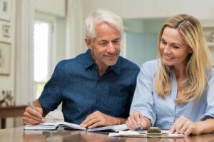 Pareja de la Generación X planificando su jubilación