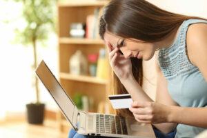 mujer revisando las ofertas de tarjetas de crédito