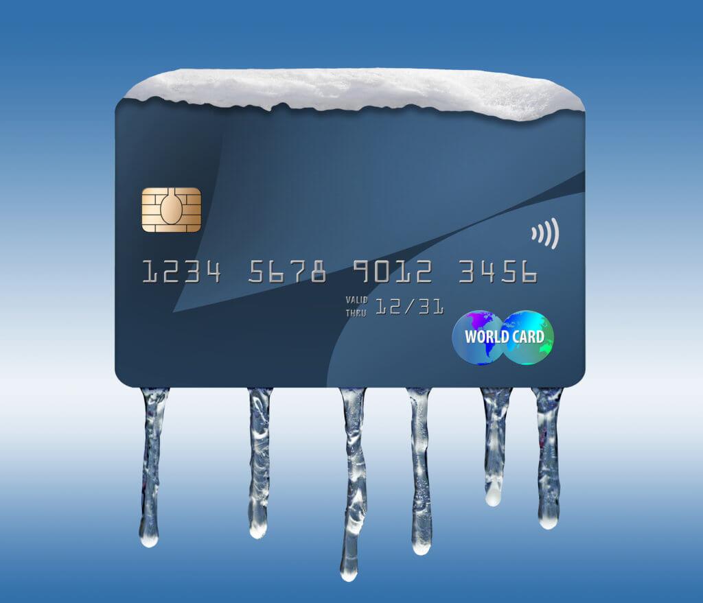 tarjeta de crédito después de congelar el crédito