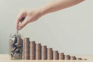persona aumentando su tasa de ahorro personal