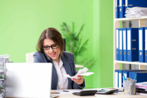 mujer preocupada por sus pagos perdidos