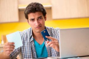 hombre pensando el el pago de la deuda de tarjetas de crédito