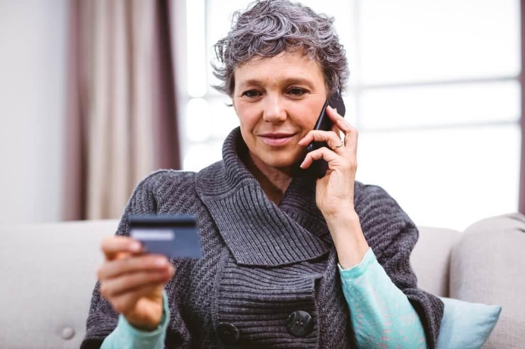 mujer llamando por el programa de manejo de deudas