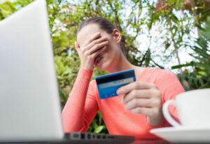 Mujer pensando en la deuda de los millennials