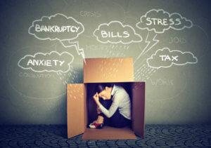 mujer con ansiedad financiera