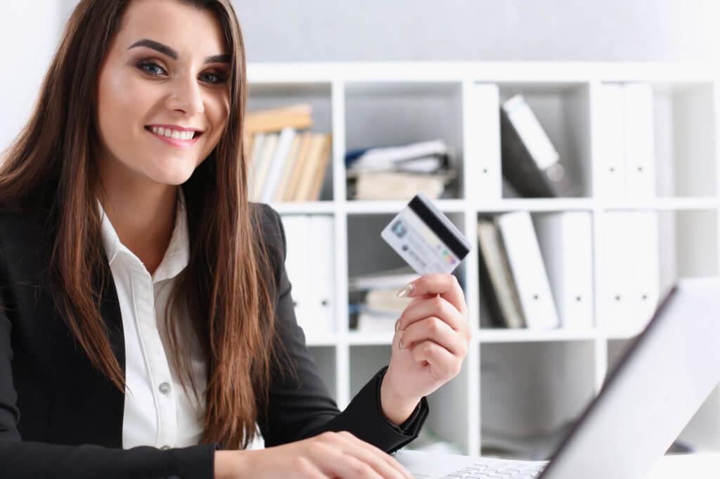 mujer con tarjeta de crédito con cero interés
