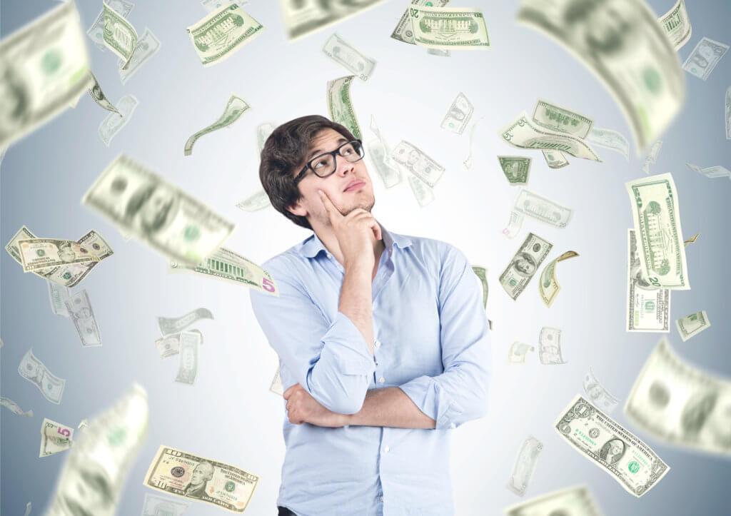 hombre pensando en un préstamo personal