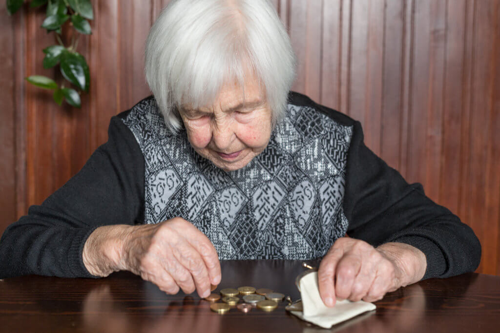 mujer contando sus ahorros de jubilación