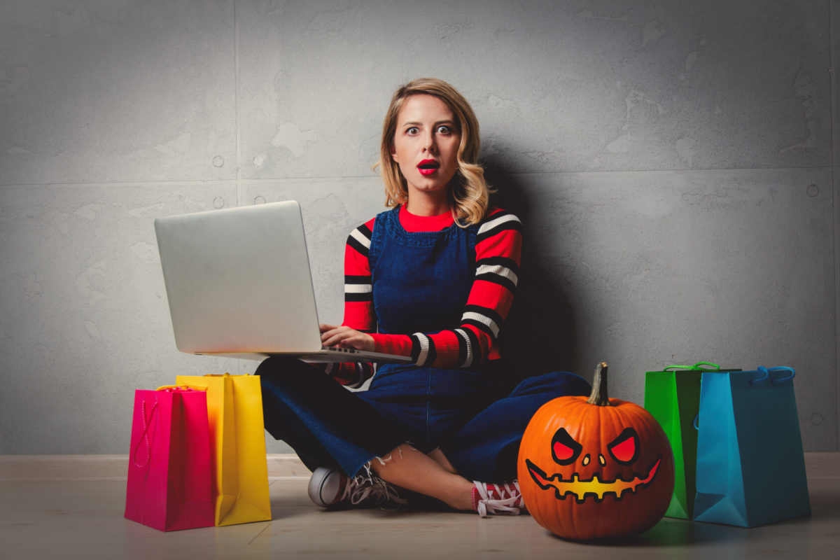 mujer haciendo las compras para Halloween
