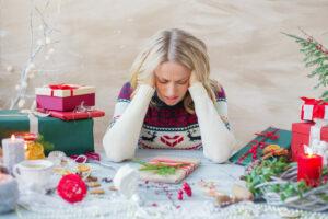 Mujer con estrés por los gastos en las festividades