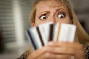 mujer preocupada por el interés diferido