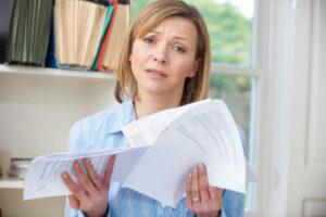 mujer pregunténdose qué deuda pagar primero