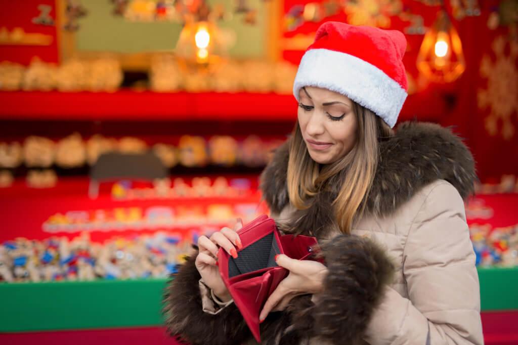 Mujer sin dinero para las compras navideñas